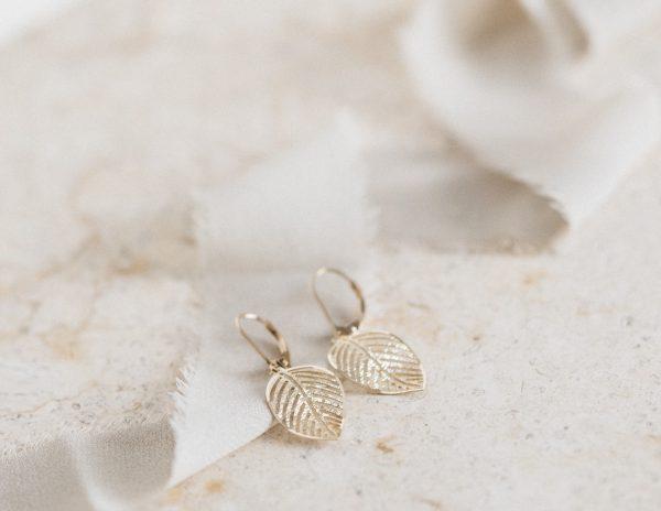 Kolczyki złote liście wiszące , diamentowane