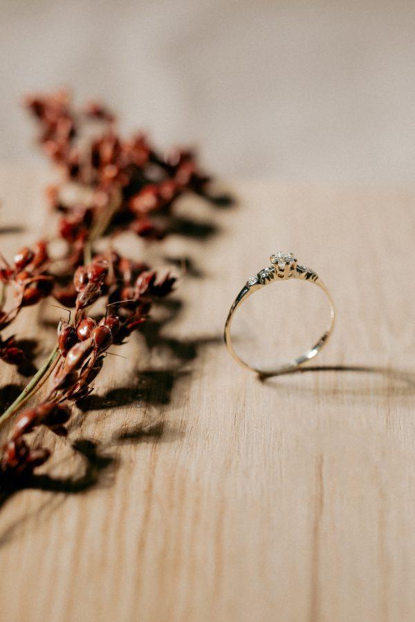 Pierścionek zaręczynowy z niską koroną , z diamentami