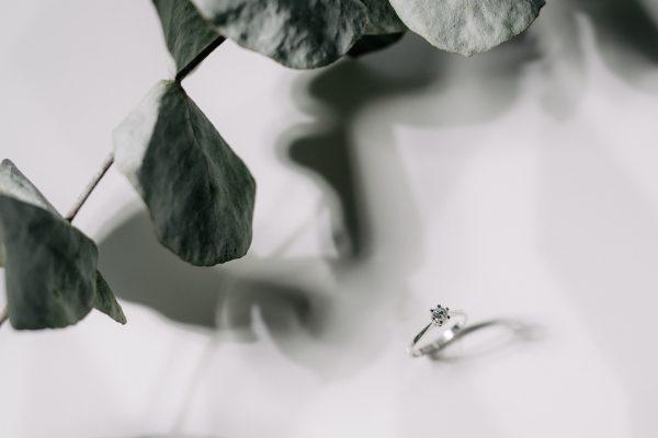 Klasyczny pierścionek zaręczynowym z brylantem z białego złota
