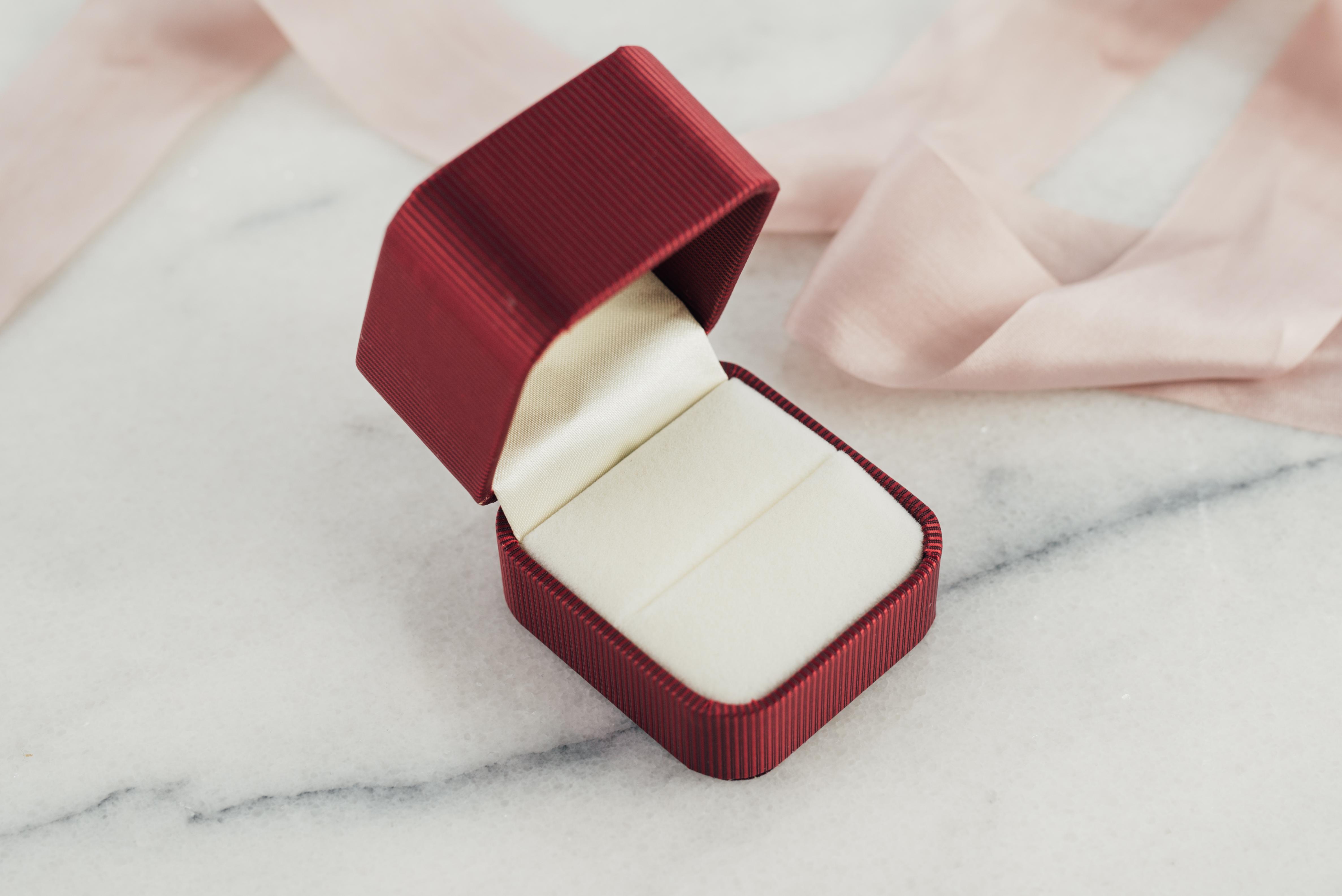 Opakowanie na pierścionek zaręczynowy bordowe, materiałowe.