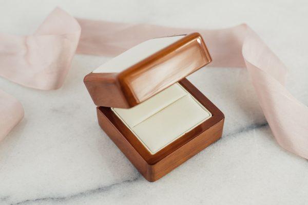 Opakowanie na pierścionek zaręczynowy- drewno i ekoskóra 1.2