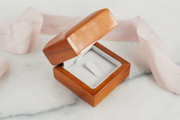 Opakowanie na pierścionek zaręczynowy, drewniane, ekoskóra