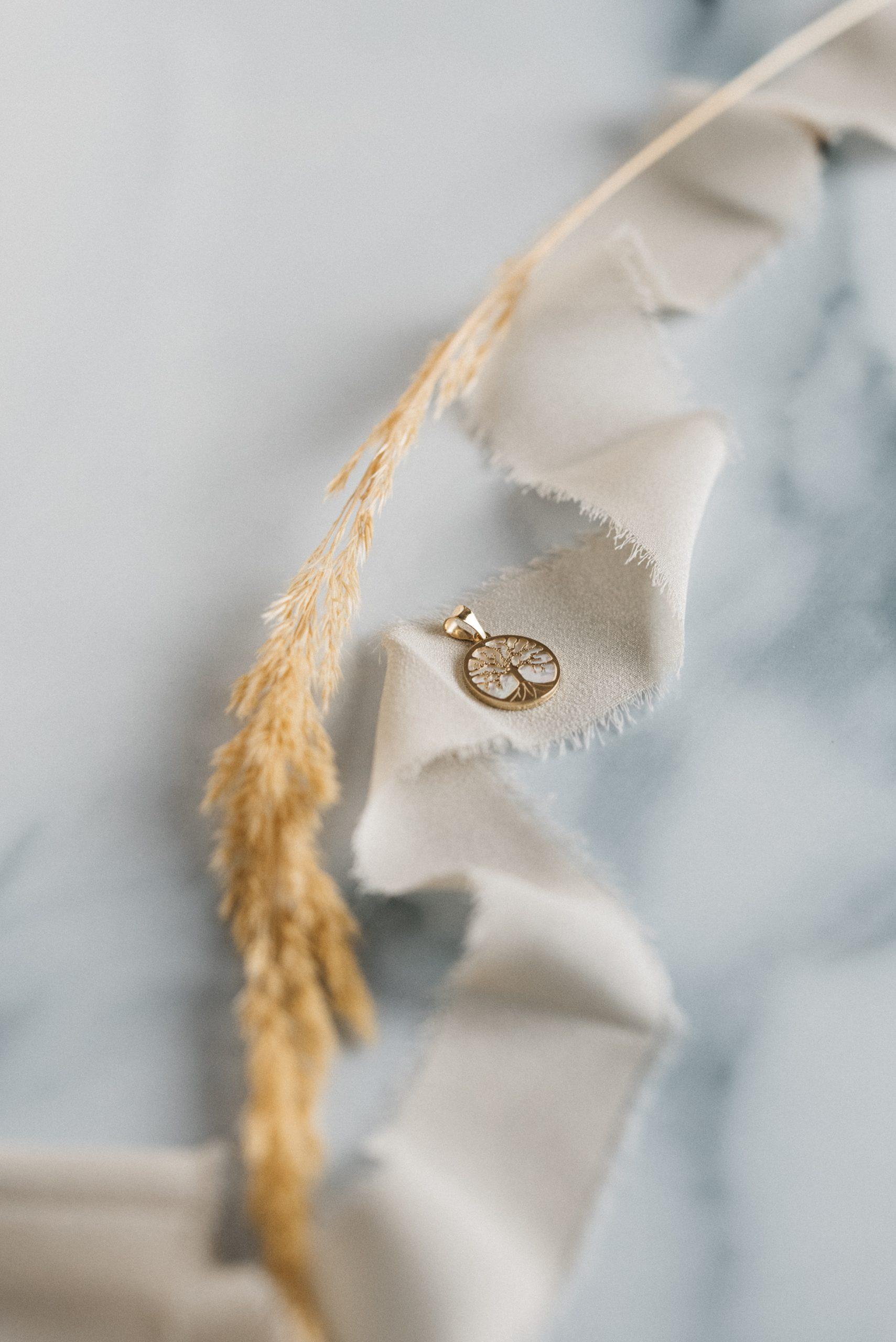 zawieszka drzewko złote na tle masy perłowej