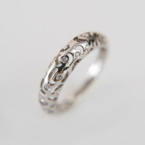 Ażurowy pierścionek z brylantami