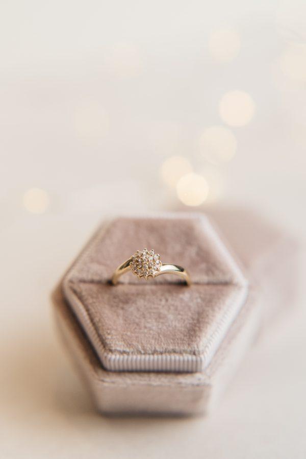 pierścionek z drobnymi brylantami subtelny